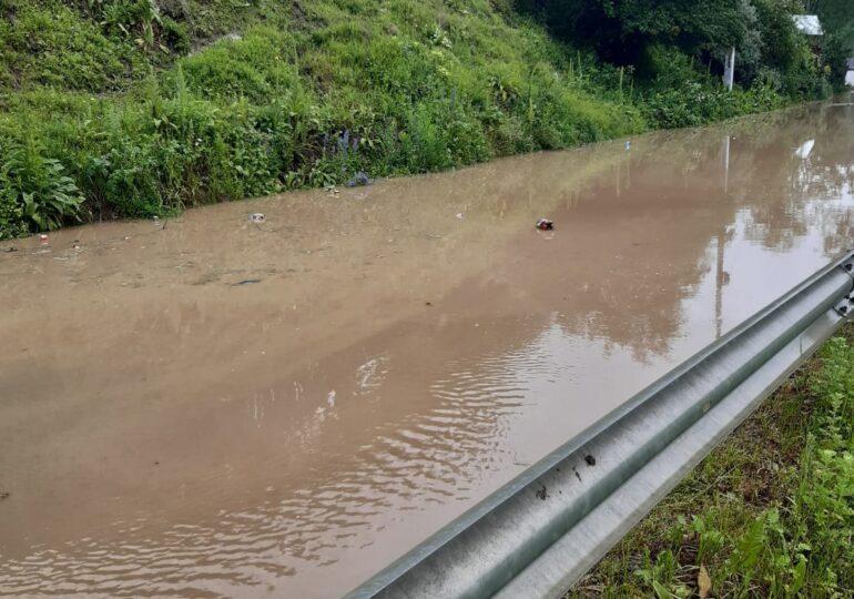 Natura s-a dezlănțuit în Vrancea: Cel puţin 50 de gospodării dintr-o comună au fost inundate, pompierii au intervenit în mai multe zone din județ, iar pe multe drumuri circulația e restricționată