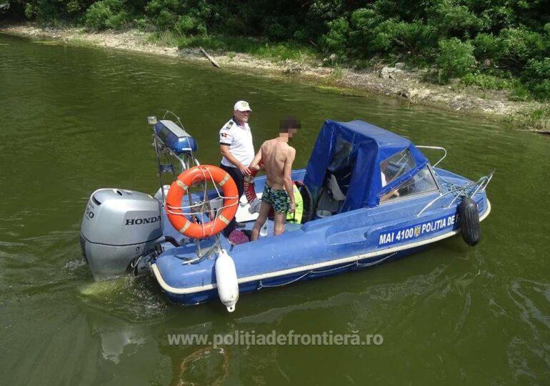 Poliţia de Frontieră a salvat de la înec un iranian care voia să treacă ilegal Dunărea, cu colacul (Foto)