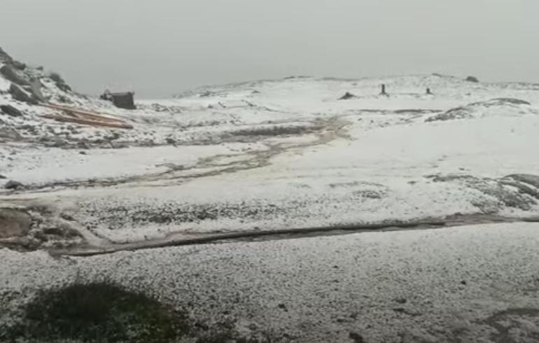Peisaj de iarnă la munte, după o rupere de nori pe platoul Bucegi. Sfaturile salvamontiștilor în caz de furtună (Video)