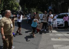Susținătorii lui Dragnea au făcut circ la DNA, au sărit la bătaie și au aruncat cu ouă și iaurt în jurnaliști: Pe Liviu Dragea îl iubim, el ne-a dat pensii! N-a furat numai el (Foto & Video)