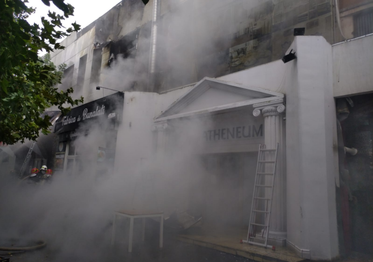 Incendiu puternic la Piata Delfinului din Bucureşti: Arde complexul comercial