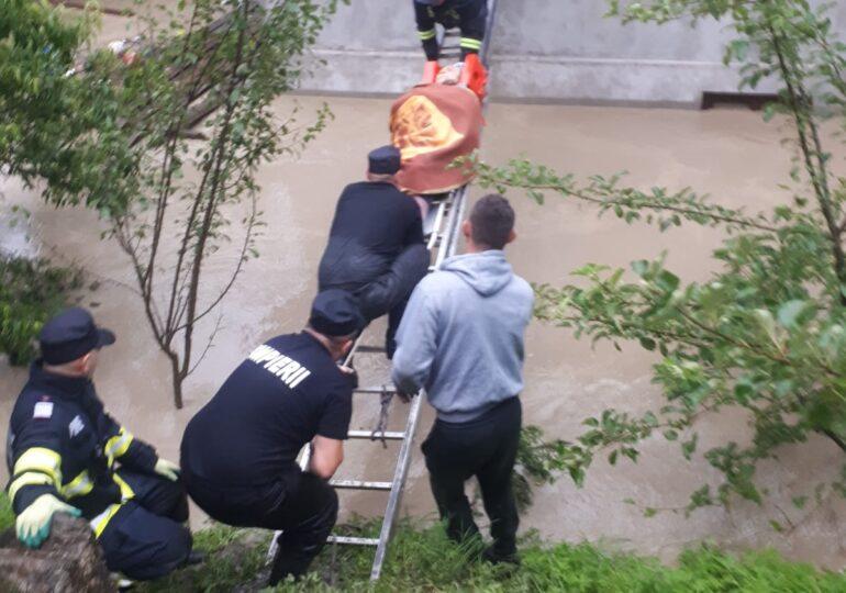 Inundații în Alba: Zeci de persoane au fost evacuate, sunt drumuri blocate şi maşini luate de ape (Video)
