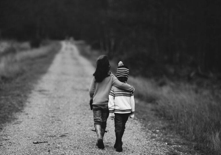 Băiat de 5 ani, abandonat de mama sa pe o stradă la 50 de km de casă, pe motiv că nu o ascultă