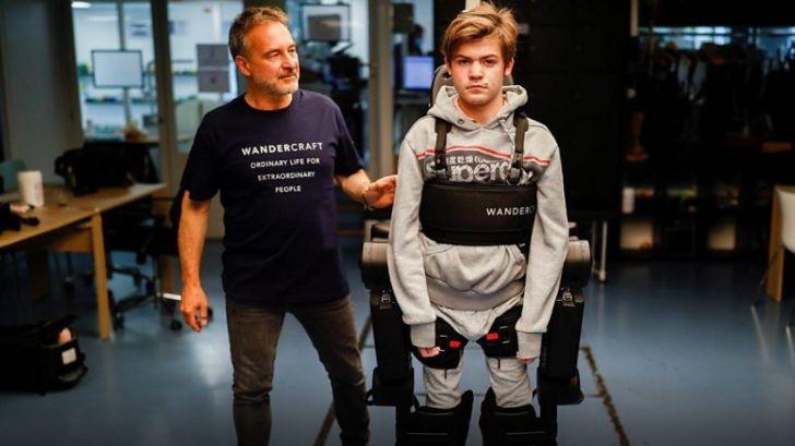 Un inginer a construit un exoschelet activat prin voce. Doar așa fiul său poate merge