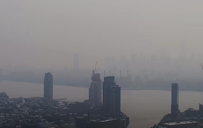 Alertă de poluare la New York din cauza unui nor uriaş de fum de la incendiile din vestul SUA (Galerie video)