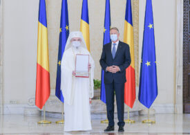 """Patriarhul a fost decorat de președintele Klaus Iohannis cu """"Steaua României"""" în grad de Colan"""