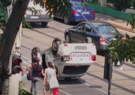 O mașină de Poliție în care se aflau deținuți s-a răsturnat în Capitală (Video)