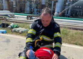 Eroii de la Petromidia. Imagini cu pompierii istoviți după intervenție s-au viralizat (Galerie foto)