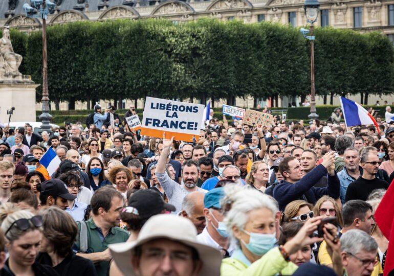 """Protest la Paris faţă de introducerea """"permisului de sănătate"""": """"Jos mâinile de pe imunitatea mea naturală!"""" (Video)"""
