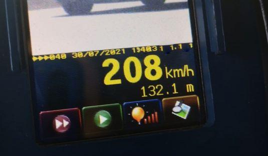 Un bărbat care conducea cu peste 200 de kilometri pe oră pe un drum naţional din Olt, amendat cu 1.305 lei