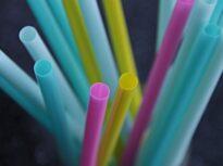 Legea anti-plastic: Mai bine pentru mediu, mai provocator pentru firme (Analiză Deloitte)