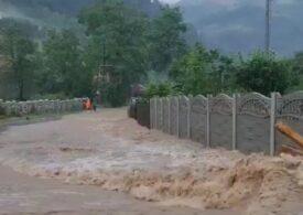 Ploile continuă să facă ravagii în România: Drumuri inundate, case cu apă de un metru, avioane redirecționate și oameni evacuați (Galerie foto & Video)
