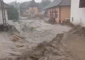 Zeci de case au fost inundate și mai multe familii sunt izolate, după o viitură puternică în Alba (Video)
