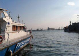 O familie de afgani a intrat ilegal în România venind cu o barcă gonflabilă pe Dunăre