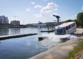 Un autobuz plutitor e cea mai nouă atracție turistică din Paris (Video&Foto)