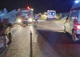Accident cu doi morți și șase răniți, după ce o mașină a lovit două căruțe, miercuri seară
