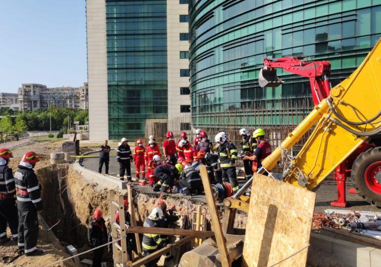 Mai mulţi muncitori au fost înghiţiţi de un mal de pământ, în centrul Capitalei: Doi au murit, alți 4 au fost duși la spital (Galerie foto)