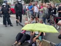 Protestele pandemice de la Berlin s-au soldat cu moartea unui manifestant reţinut de poliţie