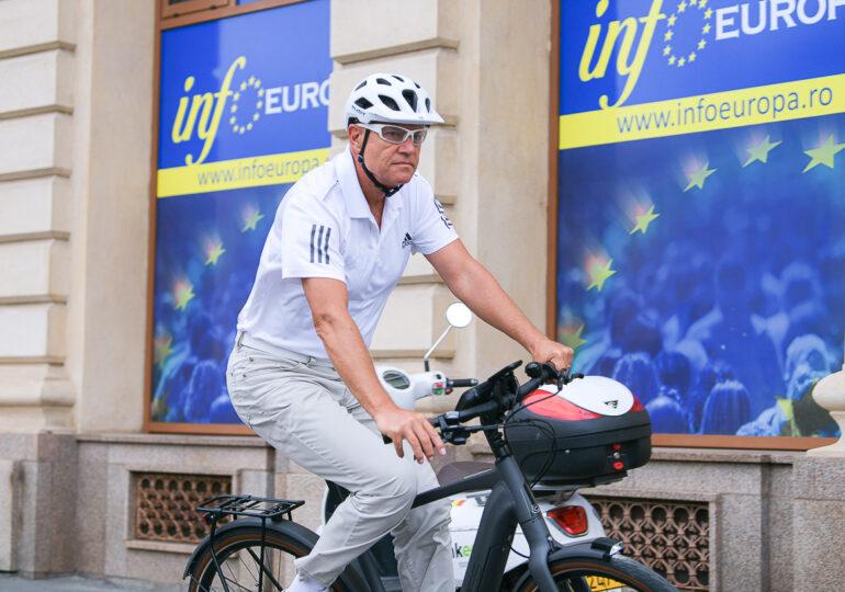 Iohannis s-a dus pe bicicletă la Cotroceni (Galerie foto)