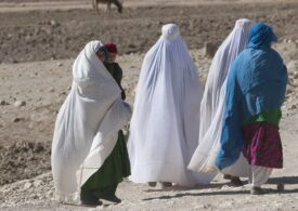 Talibanii cheamă la lucru femeile din sistemul sanitar, după ce mulți specialiști au părăsit Afganistanul
