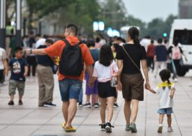 Chinezii pot de acum să aibă și cel de-al treilea copil. Dar nu mai vor