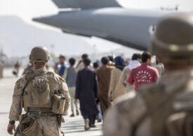 Talibanii le interzic afganilor să mai plece din țară şi permit doar evacuarea străinilor