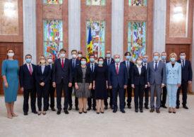 Republica Moldova are un nou Guvern, cu patru direcții prioritare. Hoții au fugit înainte de învestire