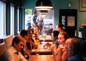 Marile companii vor să-şi convingă angajaţii să revină la birou prin oferirea de mese gratuite