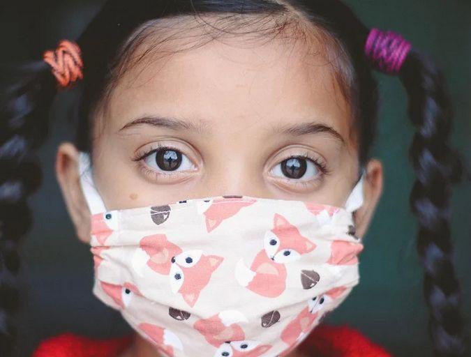 Măştile textile vor fi interzise elevilor şi studenţilor la şcoală, anunţă ministrul Mihăilă