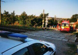 Un tren a lovit un moped pe care se aflau un bărbat și o femeie de peste 65 de ani
