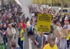 Zeci de mii de francezi au ieşit în stradă pentru a protesta faţă de paşaportul sanitar impus de guvern (Video)