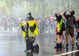Franţa intră într-un nou weekend cu proteste în 150 de oraşe. Permisul sanitar e obligatoriu de luni (Video)