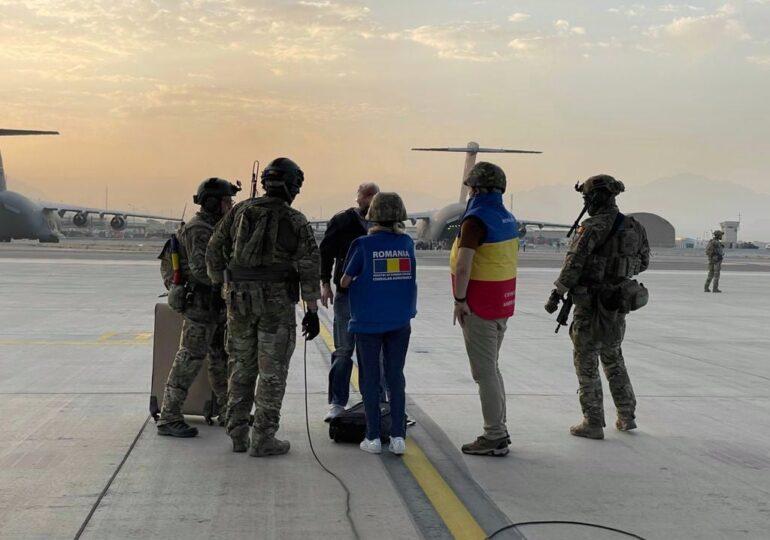 Opt români sunt încă în Afganistan, dar nu vor să fie evacuați