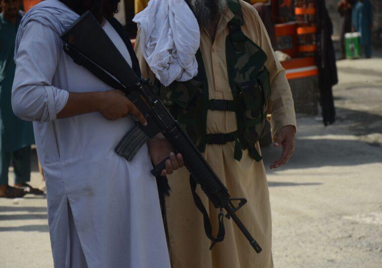 """Jurnaliști bătuți crunt de talibani pentru că au transmis de la un protest al femeilor: """"Ai noroc că nu ai fost decapitat"""" (Foto)"""