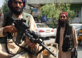 Talibanii promit că vor permite zboruri și după ce pleacă americanii. Între timp au deschis băncile, dar au interzis orice transfer de dolari