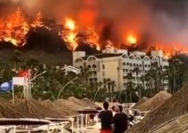 Incendii devastatoare în Turcia, Grecia și Italia. Turiștii și localnicii au fost evacuați cu bărcile din calea flăcărilor (Galerie video)