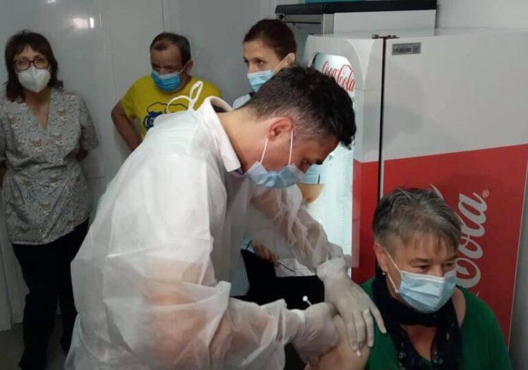 Cine s-a vaccinat cu AstraZeneca poate face doza 2 cu alt vaccin, cu recomandare de la medic. Doza a treia se administrează din 4-5 octombrie şi în România