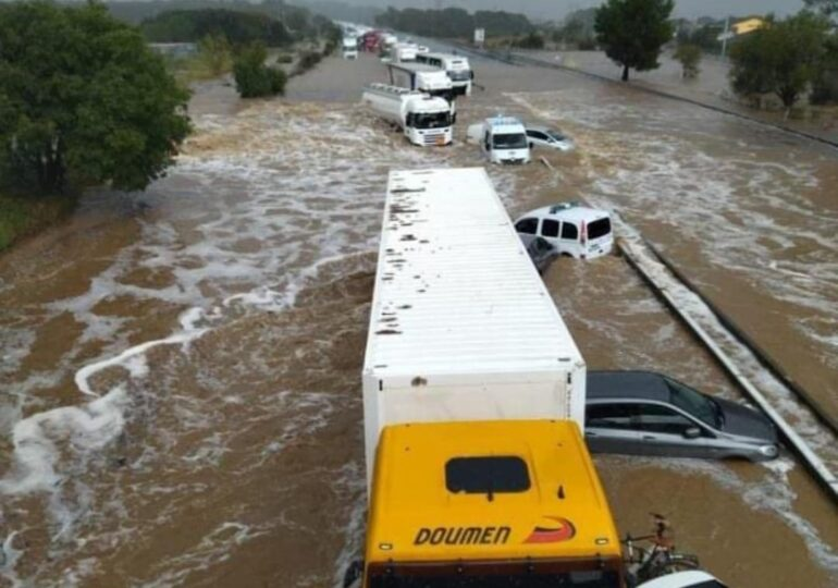Autostrăzi închise și trenuri blocate pe şine, în urma ploilor torențiale din sudul Franței (Foto&Video)