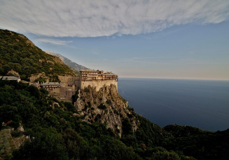 Peste 1.000 de călugări de pe Muntele Athos s-au îmbolnăvit de Covid. Opt au murit
