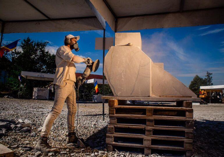 Ateliere pentru elevi și demonstrație de sculptură nocturnă, sâmbătă, în Tabăra Internațională de Sculptură în Piatră Măciuca