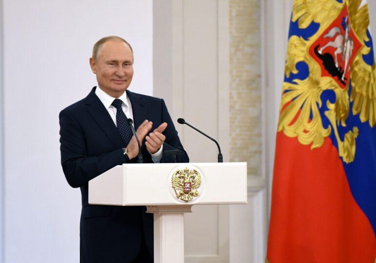 Putin se autoizolează după ce s-au descoperit cazuri de Covid în anturajul său