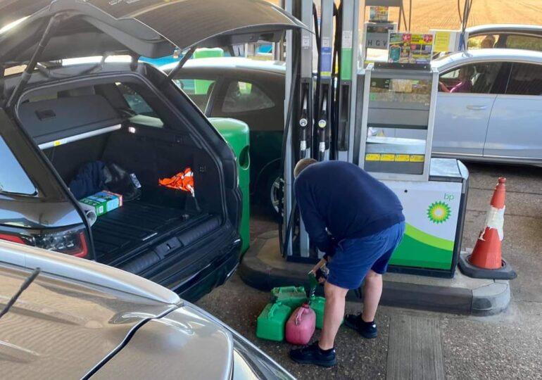 """Britanicii au stat la cozi interminabile la benzinărie <span style=""""color:#ff0000;font-size:100%;"""">Foto&Video</span> Vânzarea de carburanţi va fi raţionalizată, iar Guvernul ia măsuri neaşteptate"""
