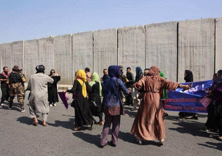 Femeilor din Afganistan li s-ar putea interzice să lucreze în multe domenii. Talibanii spun că nu ar trebui să muncească alături de bărbaţi