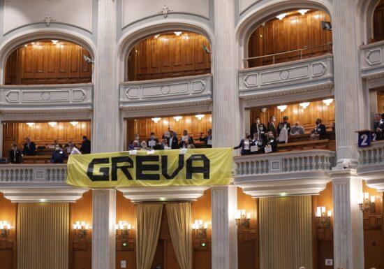 AUR intră în grevă parlamentară şi anunţă protest la Guvern, faţă de certificatul verde