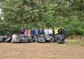 Deţinuţi şi angajaţi ai Penitenciarului Oradea, voluntari la acţiunea de curăţare a unor zone din oraș (Foto)
