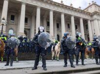 Poliţia a tras cu gloanţe de cauciuc împotriva antivacciniştilor, la Melbourne (Foto& Video)