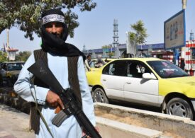 1.000 de oameni aşteaptă undă verde de la talibani să poată pleca din Afganistan. Un republican spune că sunt ostatici