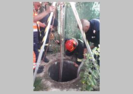 O femeie căzută într-o fosă, la 6 m adâncime, salvată de pompieri (Foto)