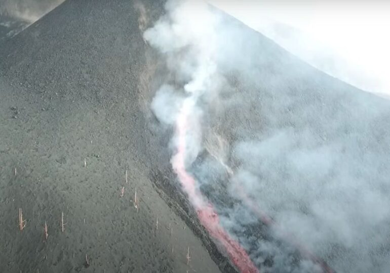 Exploziile vulcanice din La Palma se intensifică: Pompierii s-au retras, zborurile au fost anulate (Video)