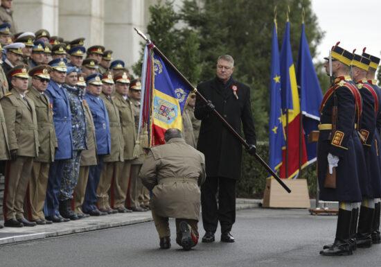 Sergentul major de la Cotroceni cu epolet doar pe un umăr